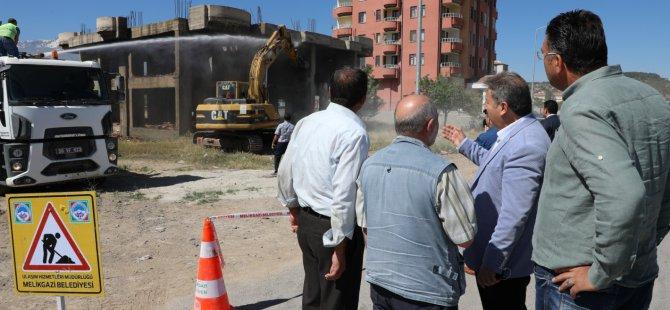 Melikgazi Belediyesi Battalgazi'de tek katlı binayı yıktı