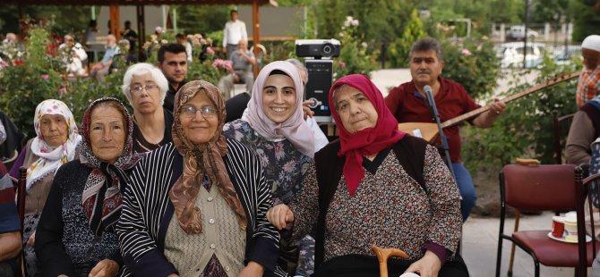 Kayseri'de Huzurevi sakinleri açık havada sinema izledi