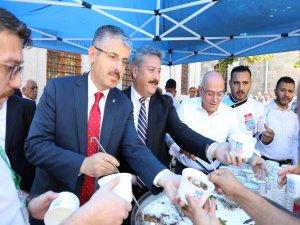 Palancıoğlu Cami Kebir'de vatandaşlara aşure ikram etti