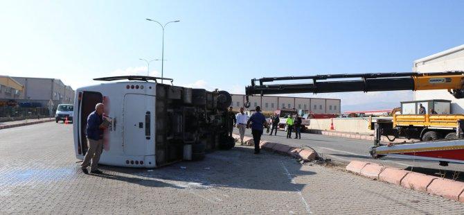 Mimarsinan Osb'de Şoför kalp krizi geçirdi servis yan yattı: 10 yaralı