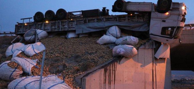 Kocasinan Erkilet'te patates yüklü tır köprüde asılı kaldı