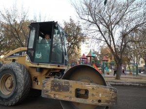 Palancıoğlu, silindir aracı sürerek çalışmalara katıldı