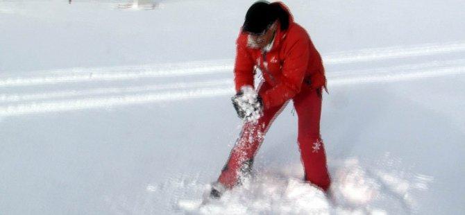 İşletmeciler yağan karda yuvarlandı, yüzünü karla yıkadı