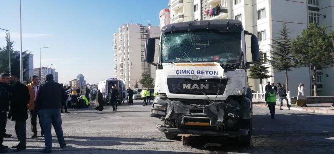 Beton mikseri, halk otobüsüne çarptı: 16 yaralı