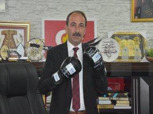 Köln'den Tomarza Belediye Başkanı Şahin'e eldiven