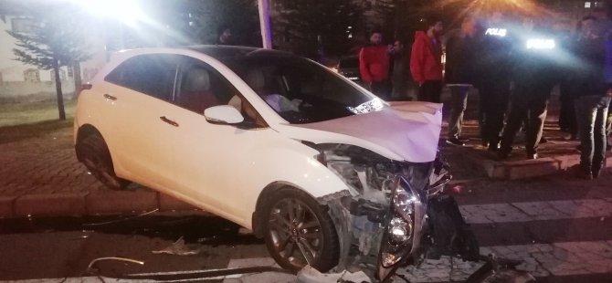 Gökkent Kavşağı'nda 2 araç kavşakta çarpıştı: 4 yaralı