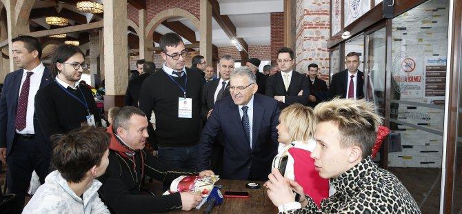 Büyükkılıç, Erciyes'e gelen yabancı turistlerle görüştü