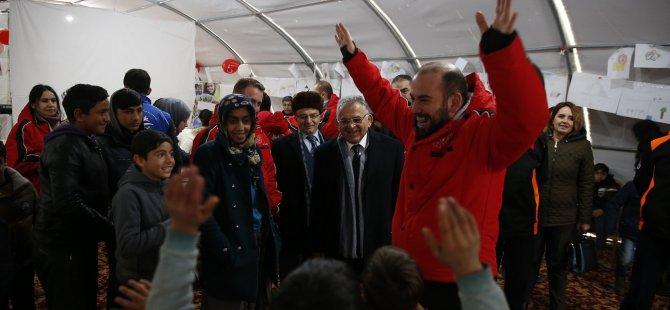 Büyükkılıç, Elazığ'da depremzedelerin kaldığı çadırlar bölgesini de ziyaret etti