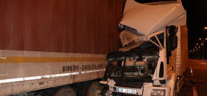 Güney Çevre Yolu'nda Tamir için durdurulan tıra kamyonet çarptı: 3 yaralı