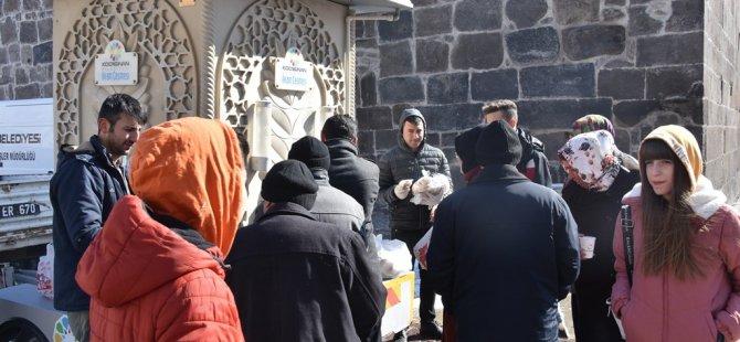 Kocasinan Belediyesi Meydan'da vatandaşlara sıcak çorba ikram etti