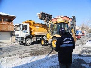 Talas'ta 4 kamyon 7 pikap, 14 kepçe ve 105 kişilik bir ekiple kar temizleme çalışmaları devam ediyor