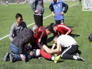 Kayseri Süper Amatör'de Ayağı kırılan futbolcu, sedye olmadığı için kucakta taşındı