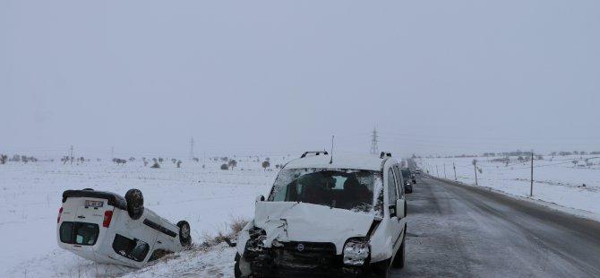 Talas'ta 2 otomobil kafa kafaya çarpıştı: 4 yaralı