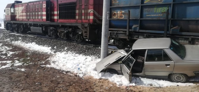 Kayseri'de feci kaza yük treni ile otomobil çarpıştı: 2 yaralı