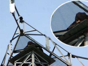 90 metrelik direğe çıkan bir şahıs'ı 2 gündür kimse ikna edemedi