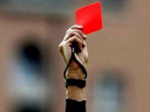 Hakem 6 kırmızı kart gösterince hakemi polisler futbolcuların elinden zor aldı
