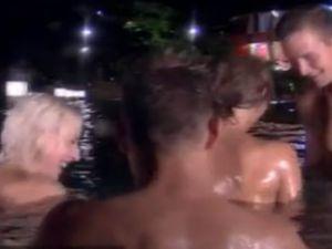 Danimarka'da Biri Bizi Gözetliyor'Da gençlerin toplu cinsel ilişkisi-video
