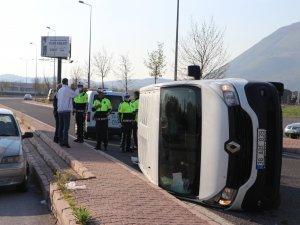 Talas'ta Otomobilin çarptığı panelvan araç yan yattı