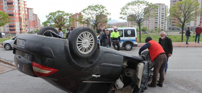 Erkilet'te Refüjdeki ağaca çarpan otomobil takla attı: 3 yaralı