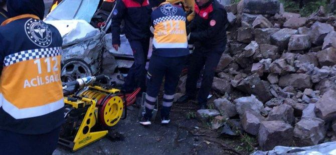 Kayseri'de feci kaza araç hurdaya döndü: 1 ölü, 2 yaralı