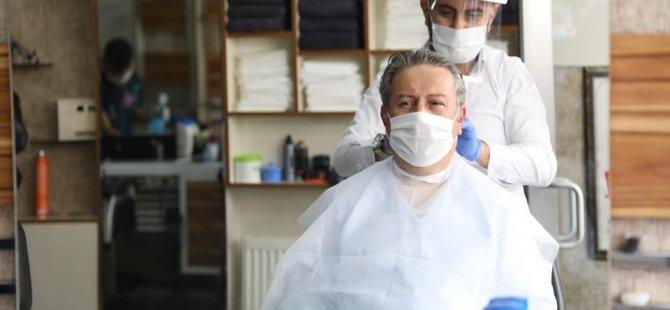 Başkan Palancıoğlu hem tıraş oldu, hem siperli maske dağıttı