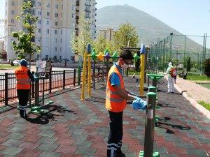 Talas Belediyesi, yarın evlerinden çıkacak 0-14 yaş grubu çocuklar için parkları bir kez daha elden geçirdi