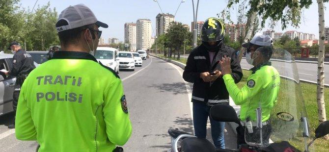 Kayseri'de evden çıkarken ehliyetini almayan ve motosikletinde plakası takılı olmayan vatandaş ceza yemekten kurtulamadı