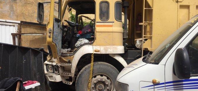 Hisarcık'ta kamyon,2 otomobile 1 motosiklete çarptı: 5 yaralı