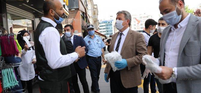 Palancıoğlu, bayramdan önce esnaf ve vatandaşlara maske dağıttı