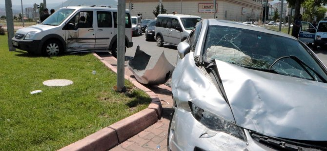 Sivas Caddesi'nde 3 otomobil kazaya karıştı: 4 yaralı