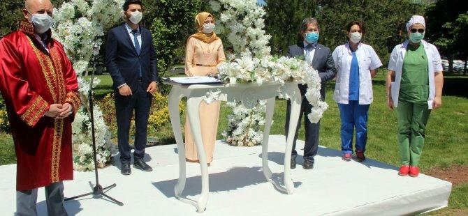 Başkan Çolakbayrakdar,Mimarsinan Parkı'nda Sağlık çalışanı çiftin nikahını kıydı