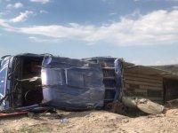 Kayseri'de virajı alamayan Mercedes kamyon devrildi: 2 yaralı
