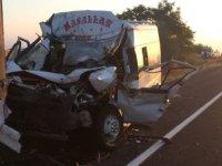 Büyüktuzhisar'da Tır ve minibüsün karıştığı kazada 11 kişi yaralandı