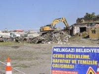 Gülük'te metruk yapılar yıkılıyor
