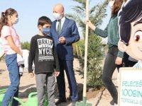 Başkan Çolakbayrakdar öğrencilerle birlikte ağaç dikti