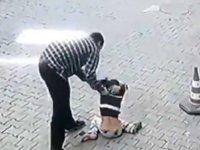 Çocuğu sokak ortasında yerden yere vurarak dövdü