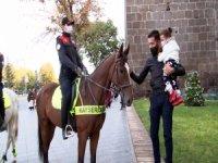 Kayseri meydanında Atlı polislerden sigara ve maske denetimi