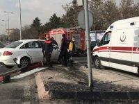 Kartal Bulvarı üzerinde otomobil bariyerlere çarptı: 2 yaralı