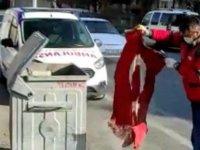 Kocasinan personeli Karakaya  çöpte bulduğu Türk Bayrağını katlayarak muhafaza altına aldı
