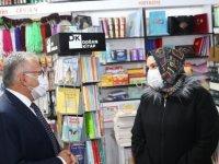 Başkan Büyükkılıç kitap satışı yapan dostlarımızı ziyaret ettik