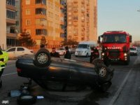 Bekir Yıldız Bulvarı'nda otomobil ağaca çarptı: 2 yaralı