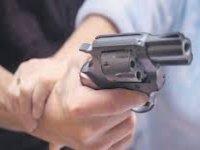 Eşine silahla saldırdı komşuları kurtardı