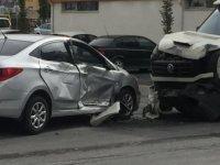 Kazaya karışan sürücü, araçtan iner inmez diğer sürücüye tepki gösterdi