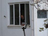 Hisarcık mahallesi'nde yoldan geçenlere silahla ateş etti