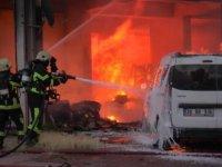 Kayseri'de yangın 3 otomobil ve 1 iş yeri küle döndü