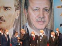 Erdoğan AK Parti'ye geçiş yapan belediye başkanlarına rozetlerini taktı