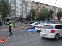 Bisiklet sürücüsü hayatını kaybetti Yola saçılan erzaklar yürekleri burktu