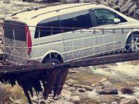 Asma köprüden geçmeye çalışan otomobil