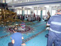 Cami cemaatinin üzerine avize düştü 10 yaralı İmam cemaatten özür diledi