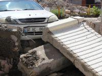 Kocasinan Mithatpaşa'da otomobil okulun bahçe duvarını yıktı